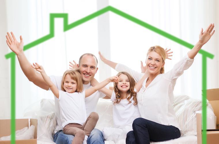Familie mit einem grünen Haus